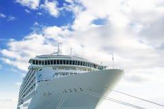 Navio de cruzeiros sob céus azuis Fotografia de Stock