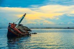 Navio de dano dos pores do sol em Tailândia fotografia de stock