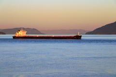 Navio de Feighter em Rosario Strait no por do sol, ilha de Saturna, Columbia Britânica fotos de stock