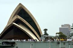 Navio de guerra de HMAS Canberra ancorado no teatro da ópera Fotografia de Stock Royalty Free