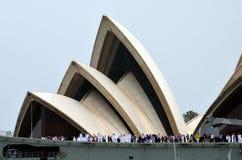 Navio de guerra de HMAS Canberra ancorado no teatro da ópera Imagens de Stock Royalty Free
