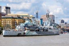 Navio de guerra em Thames River, Londres, Reino Unido fotografia de stock royalty free