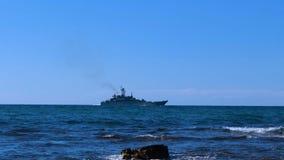 Navio de guerra no horizonte de mar video estoque