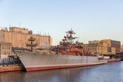 Navio de guerra velha no cais do rio Imagens de Stock