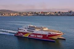 Navio de hidrofólio em Tanger, Marrocos, navegando ao longo do beira-mar foto de stock