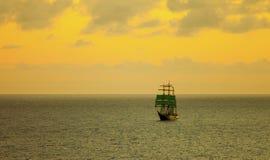 Navio de navigação alto no mar Fotografia de Stock