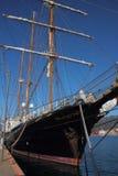 Navio de navigação amarrado no porto Imagens de Stock Royalty Free