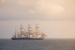 Navio de navigação antigo no mar Imagem de Stock