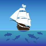Navio de navigação cercado por tubarões no mar Imagem de Stock