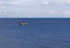 Navio de navigação com os turistas no mar de adriático Imagens de Stock Royalty Free