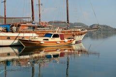 Navio de navigação de madeira velho no louro do mar imagens de stock royalty free