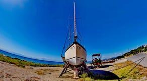 Navio de navigação e um barco Imagens de Stock Royalty Free