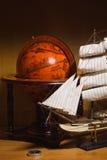 Navio de navigação modelo e globo velho imagem de stock royalty free