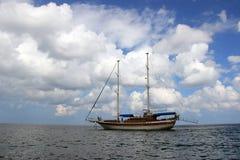Navio de navigação no fundo do céu do mar fotos de stock