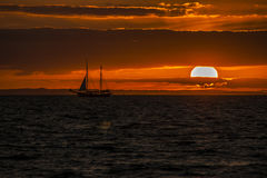 Navio de navigação no por do sol Foto de Stock Royalty Free