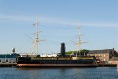 Navio de navigação no porto Imagens de Stock