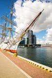 Navio de navigação no porto Fotografia de Stock Royalty Free