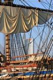 Navio de navigação no porto, Riga (Letónia) foto de stock royalty free
