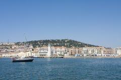 Navio de navigação no porto de Sete no sul de França imagem de stock royalty free
