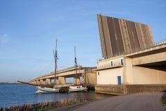 Navio de navigação que passa uma ponte concreta aberta foto de stock royalty free