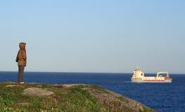 Navio de observação da mulher da costa Foto de Stock Royalty Free