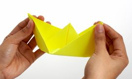 Navio de papel amarelo do brinquedo fotos de stock royalty free