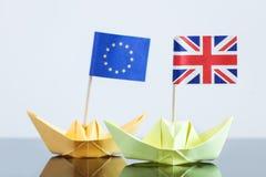 Navio de papel com a bandeira britânica e europeia Foto de Stock