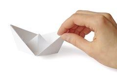 Navio de papel em uma mão fotografia de stock
