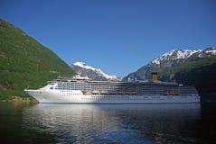 Navio de passageiro que visita Geiranger Imagens de Stock