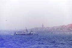 Navio de Pessenger em Bosphorus - Istambul, Turquia Imagem de Stock