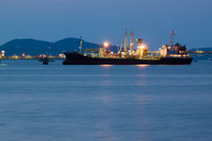 Navio de petroleiro do óleo no tempo do crepúsculo do porto Fotografia de Stock Royalty Free