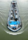 Navio de petroleiro do rio que transporta o óleo fotos de stock