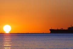 Navio de petroleiro no por do sol imagem de stock