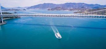 Navio de petroleiro sob a ponte de suspensão de Shikoku Imagens de Stock Royalty Free