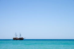 Navio de pirata com os turistas no mar em Crete, Greece Imagens de Stock