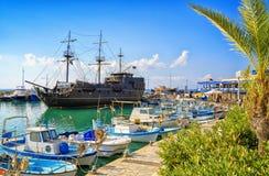 Navio de pirata e barcos de pesca no porto de Ayia Napa imagem de stock