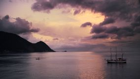 Navio de pirata na ilha tropical vídeos de arquivo