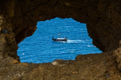 Navio de pirata no mar aberto no por do sol Imagem de Stock Royalty Free