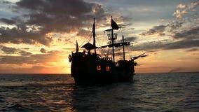Navio de pirata no por do sol video estoque