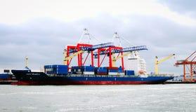 Navio de recipiente Conti Arabella no gancho vermelho Marine Terminal em Brooklyn fotografia de stock royalty free
