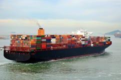 Navio de recipiente da carga que parte do porto de Busan, Coreia do Sul imagem de stock royalty free