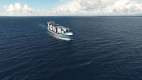 Navio de recipiente enorme que flutua no mar filme