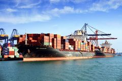 Navio de recipiente grande ZIM VANCÔVER que trabalha no porto de Valência Imagens de Stock Royalty Free