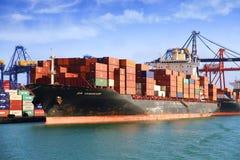 Navio de recipiente grande ZIM VANCÔVER que trabalha no porto de Valência Imagem de Stock