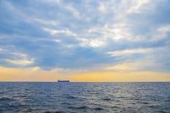 Navio de recipiente no horizonte Foto de Stock Royalty Free