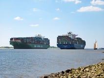 Navio de recipiente no rio Elbe, Hamburgo Fotos de Stock Royalty Free