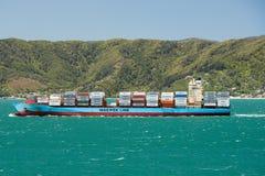 Navio de recipiente Olga Maerskon perto de Wellington, Nova Zelândia fotografia de stock royalty free