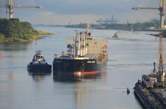 Navio de recipiente Westbound que entra em fechamentos de Gatun foto de stock