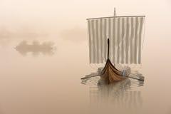 Navio de Viking na água na névoa místico ilustração do vetor