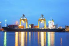 Navio do frete da carga do porto com crepúsculo Fotos de Stock Royalty Free